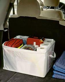 Tenha uma caixa dobrável para utilizar em situações onde a real necessidade de manter objetos do carro exista.