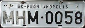 Placa de veículo modelo cinza.