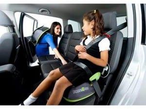 Transporte as crianças com até dez anos de idade só no banco traseiro do veículo, e  acomodadas em dispositivo de retenção afixado ao cinto de segurança do veículo, adequado à sua estatura, peso e idade.