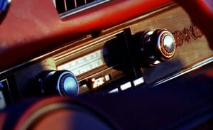 Misturar o bom e velho rock n' roll com carros é algo atemporal. Mexe com duas das maiores paixões do homem.