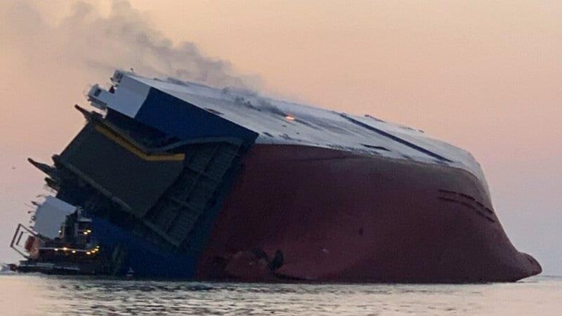 Navio cargueiro que transportava carros e tripulantes tomba e pega fogo