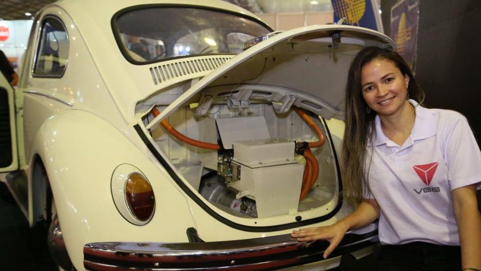 Fusca elétrico: brasileira transforma carro a combustão em elétrico